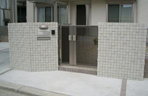 タイルを敷き詰めた高級感ある玄関・門扉|豊田市