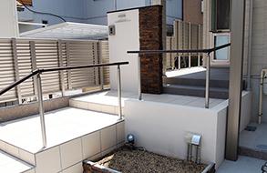 白基調のアプローチ・レンガの門柱|名古屋市天白区