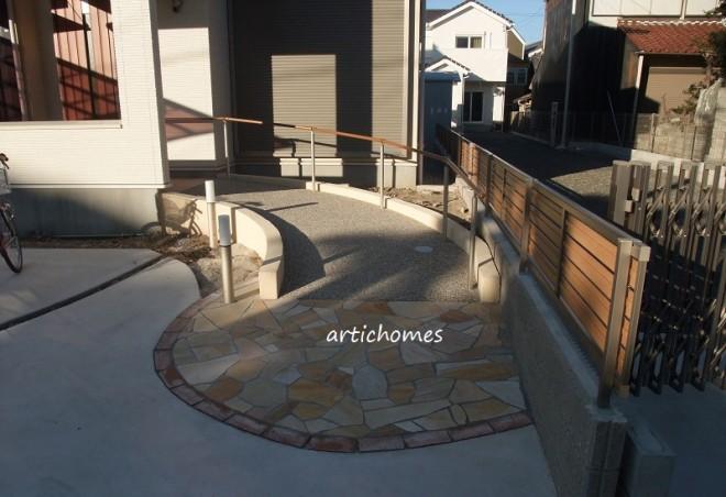 優しい曲線、優しい動線 スロープのあるお庭のイメージ画像